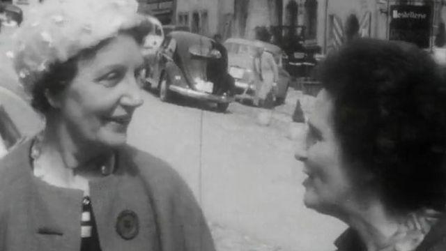 Maître Antoinette Quinche (à gauche) et Lotti Ruckstuhl, pionnières romandes du suffrage féminin, en 1962. [RTS]