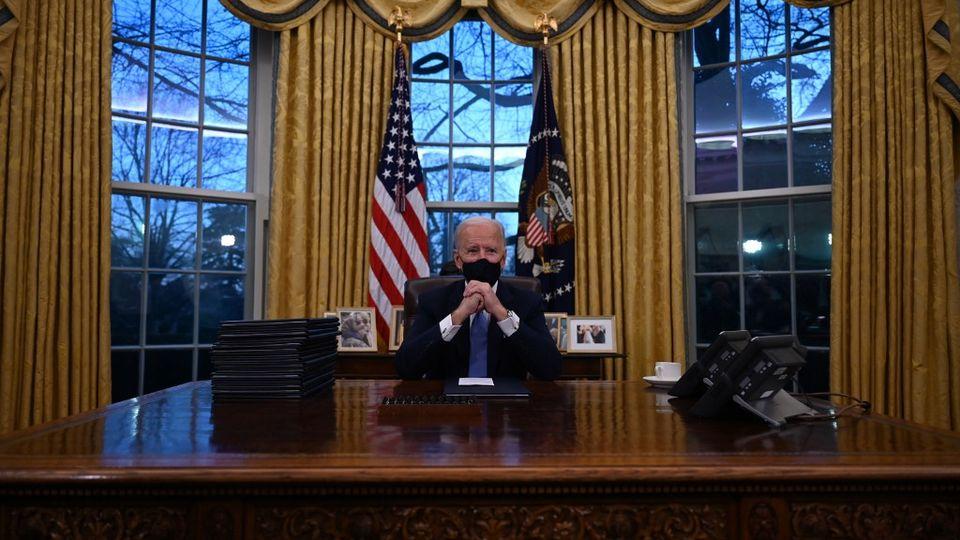Joe Biden pose dans le Bureau ovale de la Maison Blanche. [Jim Watson - AFP]