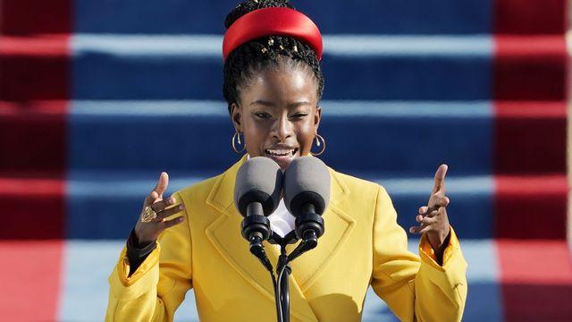 """La poétesse noire-américaine Amanda Gorman récite son poème, """"The Hill We Climb"""", lors de l'investiture de Joe Biden. Washington DC, le 20 janvier 2021. [Patrick Semansky/Pool - Keystone/epa]"""