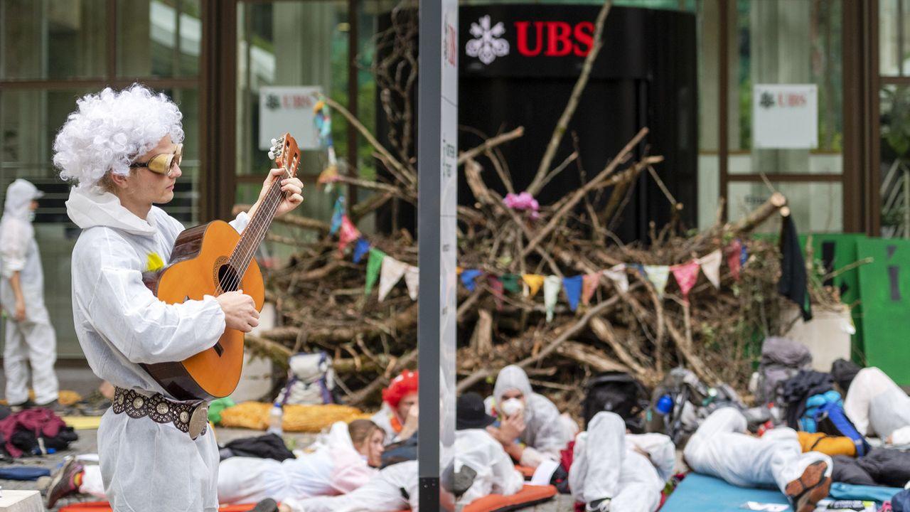 Cinq activistes du climat qui avaient bloqué l'entrée de l'UBS à Bâle ont été acquittés. [Georgios Kefalas - KEYSTONE]