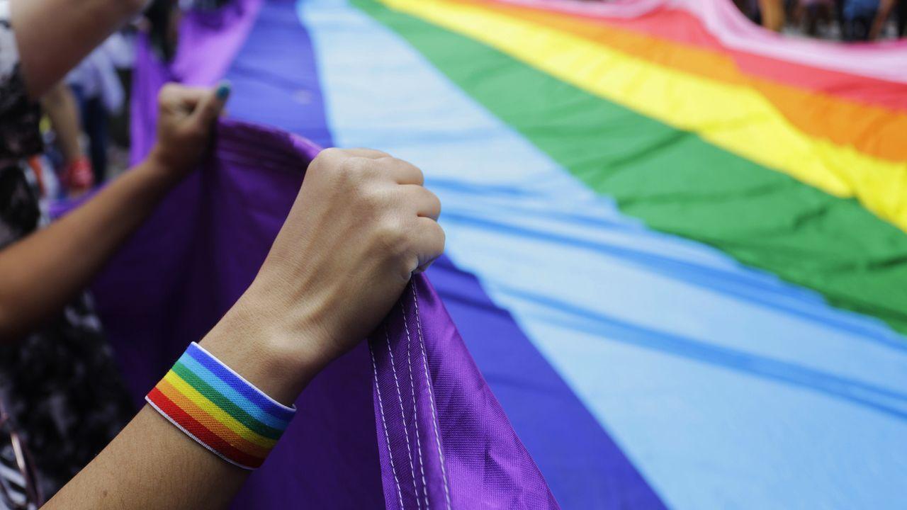 Avec le hashtag #Metoogay, des milliers d'homosexuels en France ont commencé à témoigner sur Twitter des violences sexuelles qu'ils ont subies. [Nelson Antoine - Keystone]