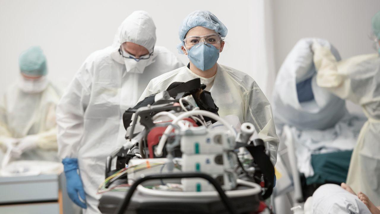 Le Covid-19 fait trois fois plus de morts à l'hôpital que la grippe saisonnière classique, selon une étude française publiée vendredi. [KEYSTONE/Ti-Press/Pablo Gianinazzi) - Keystone]