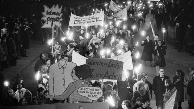 Manifestation en faveur du suffrage féminin cantonal et national dans les rues de Zurich en 1969. [Keystone/Str]