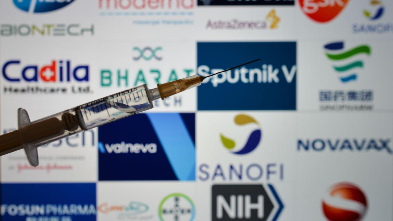 Pour accélérer la production, faut-il lever le monopole de fabrication des vaccins ? [Artur Widak - NurPhoto-AFP]
