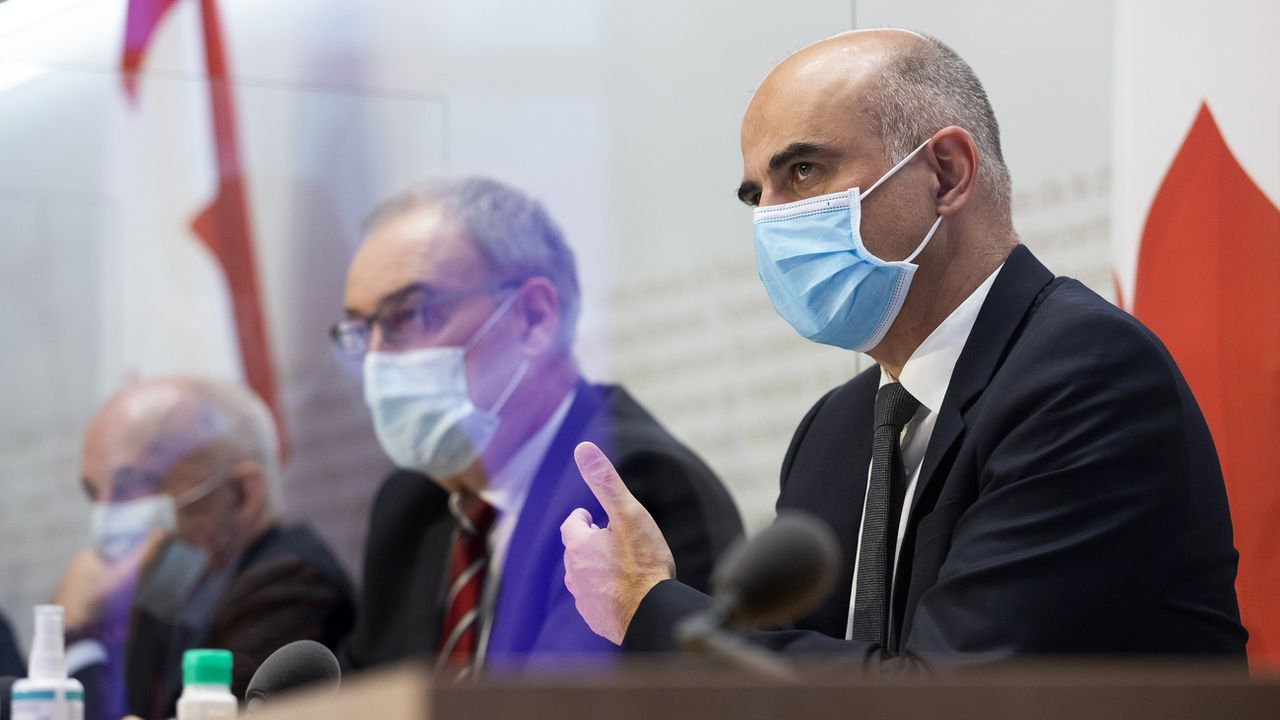 De gauche à droite, Ueli Maurer, Guy Parmelin et Alain Berset lors de la conférence de presse sur le Covid du 13 janvier 2021. [Peter Klaunzer - Keystone]