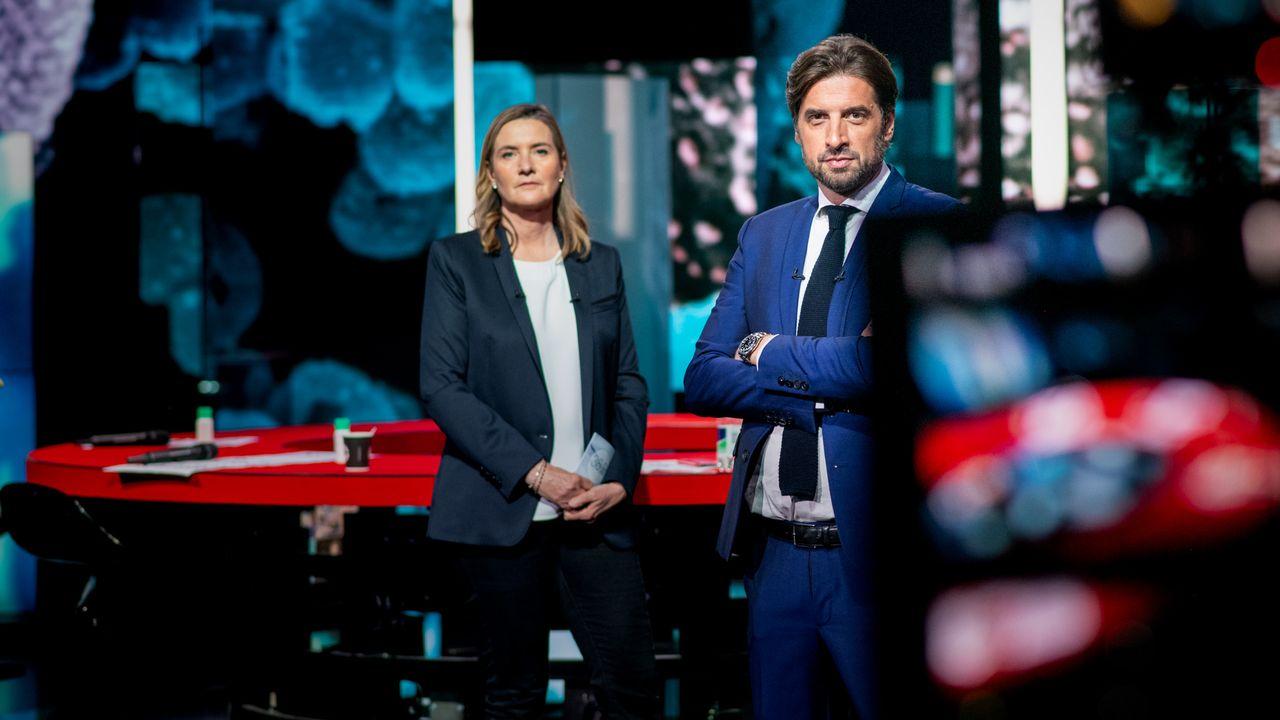 Isabelle Moncada et Alexis Favre présentent une soirée spéciale coronavirus mercredi 27 janvier 2021. [David Wagnières - RTS]
