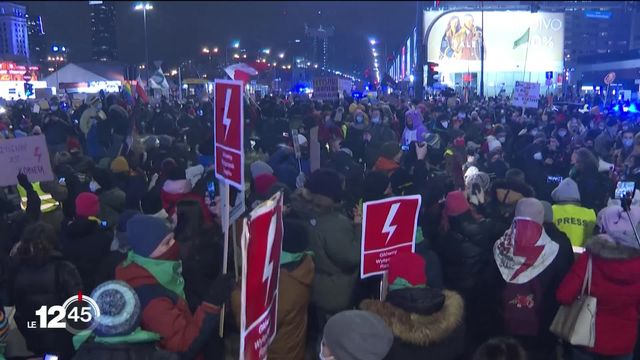 Manifestation dans les rues de Pologne contre l'interdiction totale de avortement décrétée par le tribunal constitutionnel [RTS]