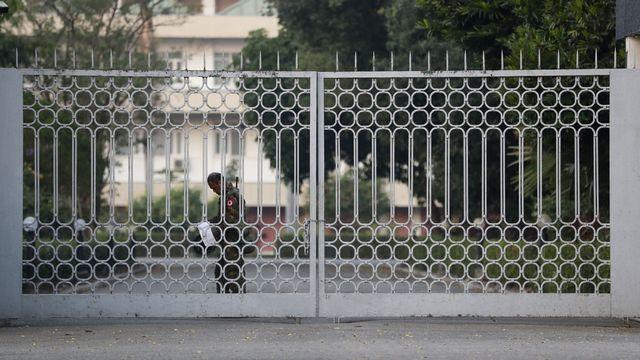 Après l'arrestation de plusieurs dirigeants birmans, l'armée s'est emparée ce matin de l'hôtel de ville de Rangoun et déclaré l'état d'urgence. [Lynn Bo Bo - Keystone]