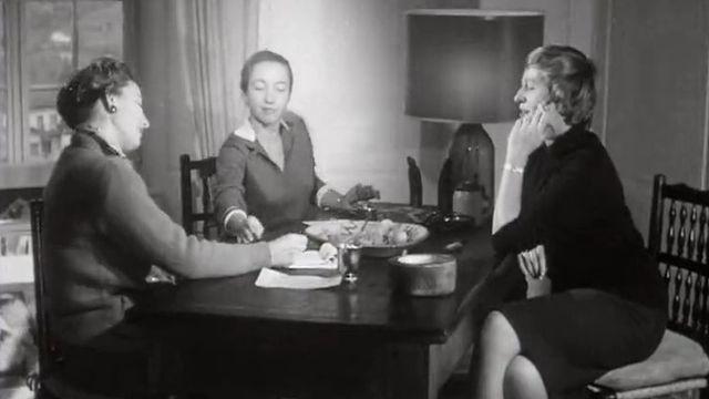 De gauche à droite : Germaine Luyet, Simone de Quay et Simone Bonvin, trois artistes peintres valaisannes. [RTS]