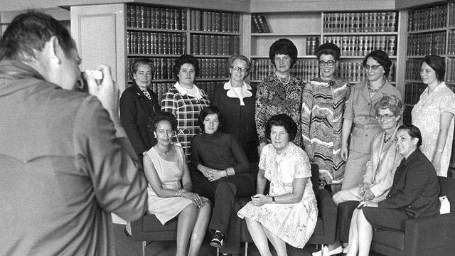 Les dix premières femmes élues au Conseil national en 1971, dont Gabrielle Nanchen, accompagnées des deux femmes élues lors de l'élection complémentaire de juin 1972.  [Keystone]