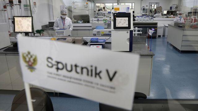 Le Spoutnik V, qui a longtemps été perçu avec méfiance en raison de la rapidité de sa mise au point et l'absence de publication de données scientifiques, a déjà été approuvé par plus de quinze pays, notamment en Amérique du sud.  [raldo Peres - Keystone]