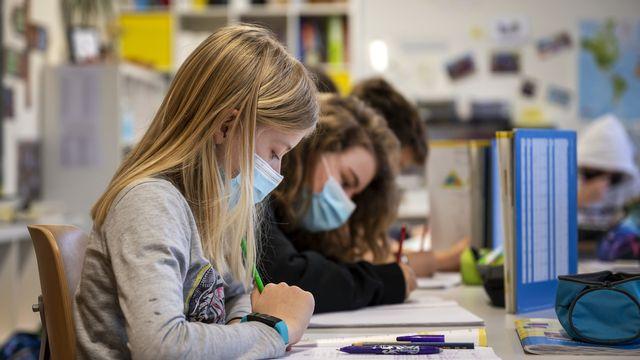 A Genève, les autorités sanitaires ont décidé de fermer une école primaire privée située en vieille-ville en raison d'une flambée de cas de Covid-19.  [GEORGIOS KEFALAS - KEYSTONE]