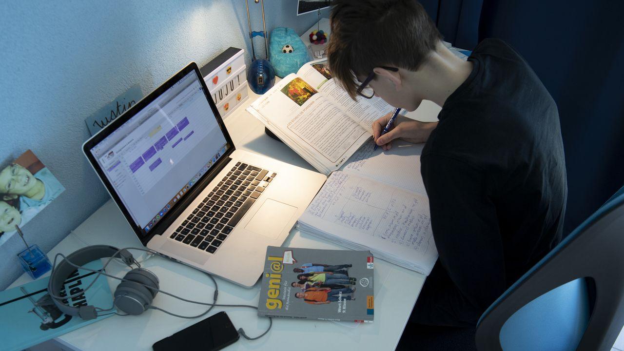 Un grand nombre d'élèves n'ont jamais utilisé un traitement de texte ou envoyé un mail [Laurent Gillieron - Keystone]