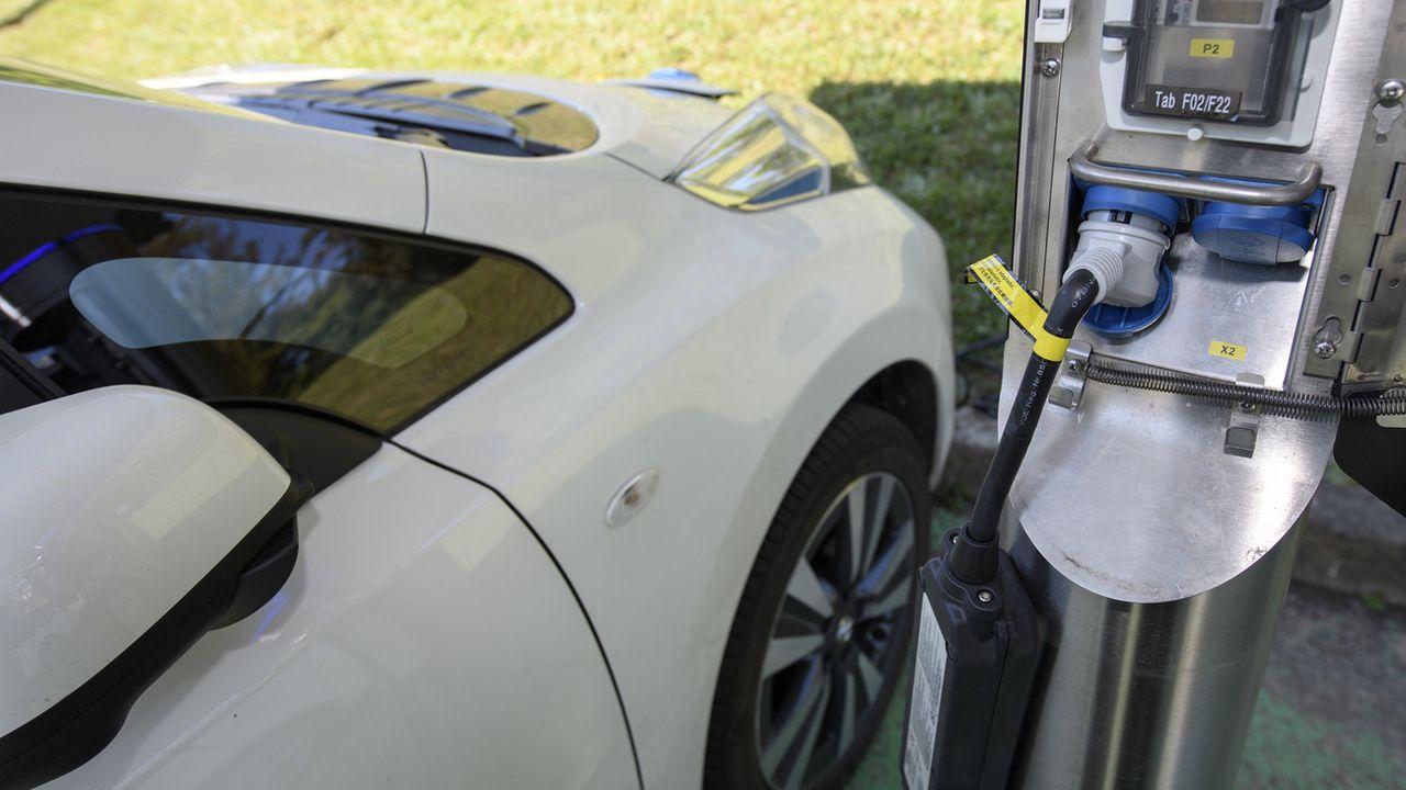 Une borne de recharge pour voitures électriques à Bernex (GE). [Martial Trezzini - Keystone]