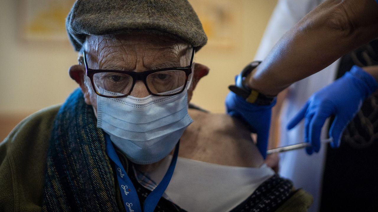 Le patron de l'OMS en Europe a appelé vendredi les Européens à  accélérer leur campagne de vaccination contre le Covid-19, tandis que le laboratoire américain Johnson & Johnson demandait aux Etats-Unis d'autoriser en urgence son vaccin en une seule dose. [Emilio Morenatti - Keystone]