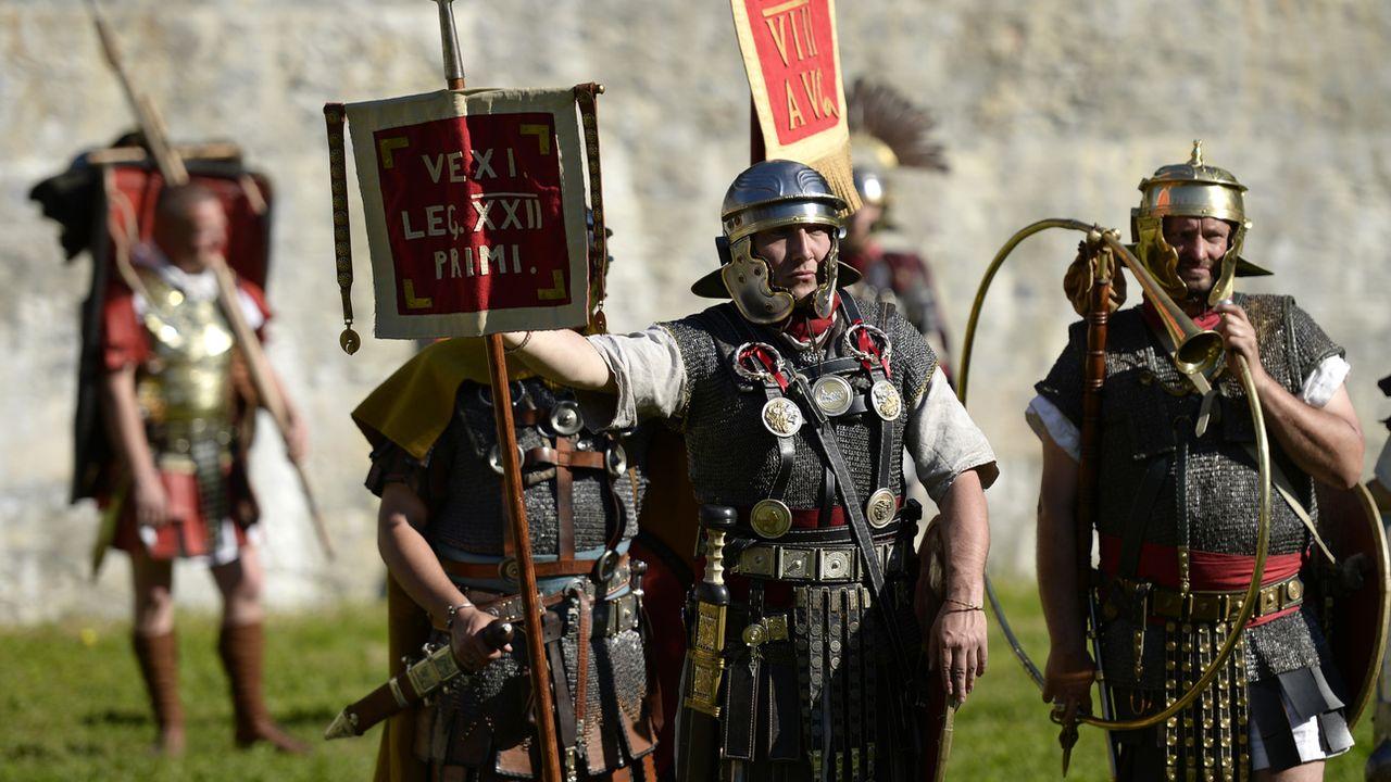Une légion romaine lors d'une reconstitution historique de la période romaine, le 17 mai 2014 dans l'amphithéâtre de Martigny (VS). [Maxime Schmid - Keystone]