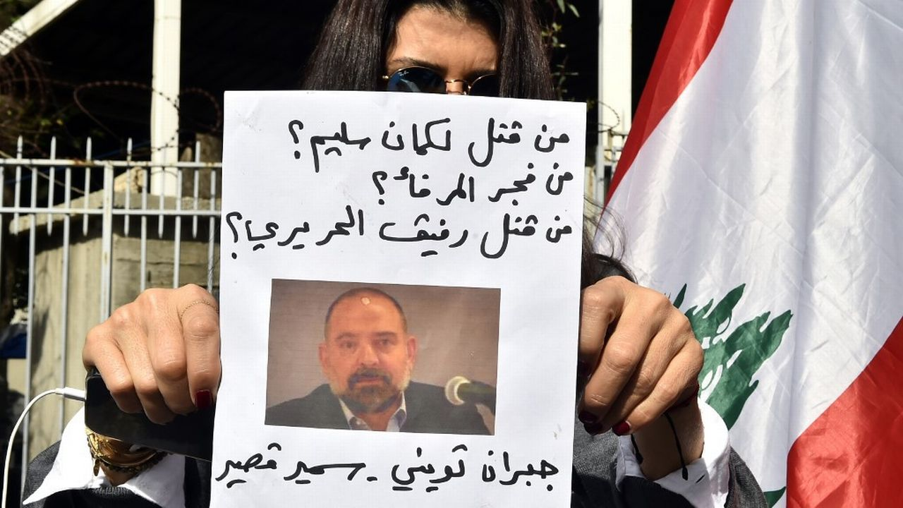 Des Libanais manifestent à Beyrouth le 4 février 2021 après l'annonce de l'assassinat de Lokman Slim. [Houssam Shbaro / Anadolu Agenc - AFP]