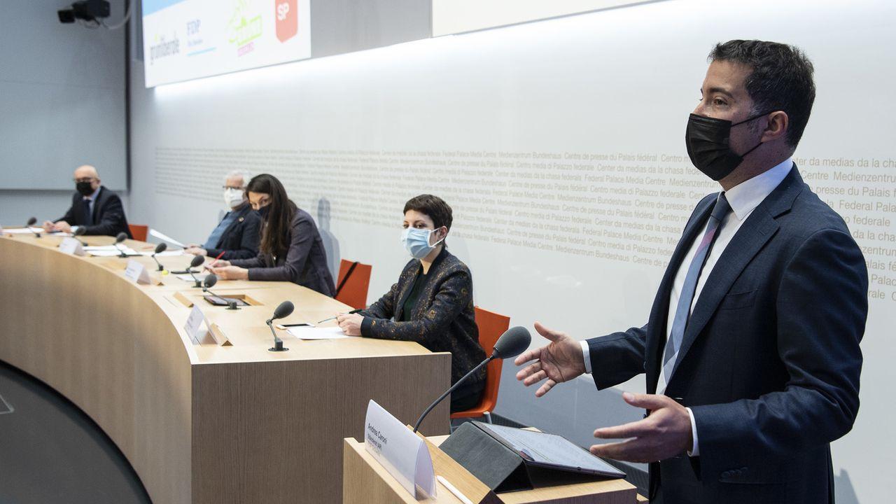 Les opposants à l'initiative pour l'interdiction de se dissimuler le visage présentent leurs arguments. [Peter Schneider - Keystone]