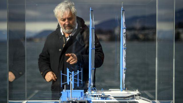Le navigateur Yvan Bourgnon devant une maquette du catamaran géant Manta, conçu pour collecter les déchets plastiques marins en grande quantité. [Laurent Gillieron - Keystone]