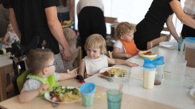 Des enfants attablés dans une structure d'accueil de jour, le 9 juillet 2020 à Zurich (image d'illustration). [Gaetan Bally - Keystone]