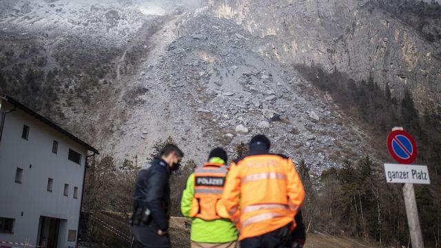 La police sur place à Felsberg après la chute des rochers, le jeudi 11 février 2021. [Gian Ehrenzeller - Keystone]