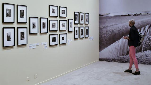 """Une personne observe les photographies de l'exposition """"Fred Boissonnas et la Méditerranée. Une odyssée photographique"""", le 23 septembre 2020 au Musée Rath à Genève. [Theophile Bloudanis - KEYSTONE]"""