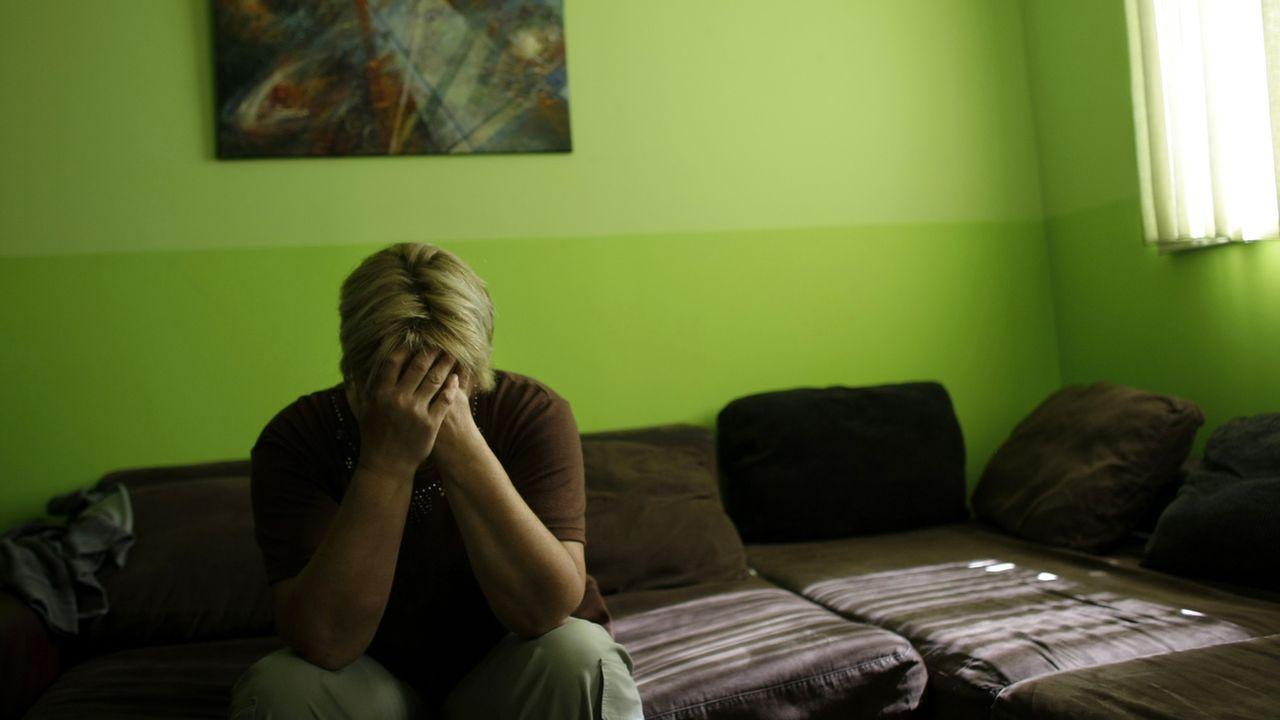 Le Conseil fédéral approuve trois motions qui réclament l'ouverture 24h/24 des permanences téléphoniques pour les victimes de violences domestiques. [Marko Drobnjakovic - Keystone/AP]