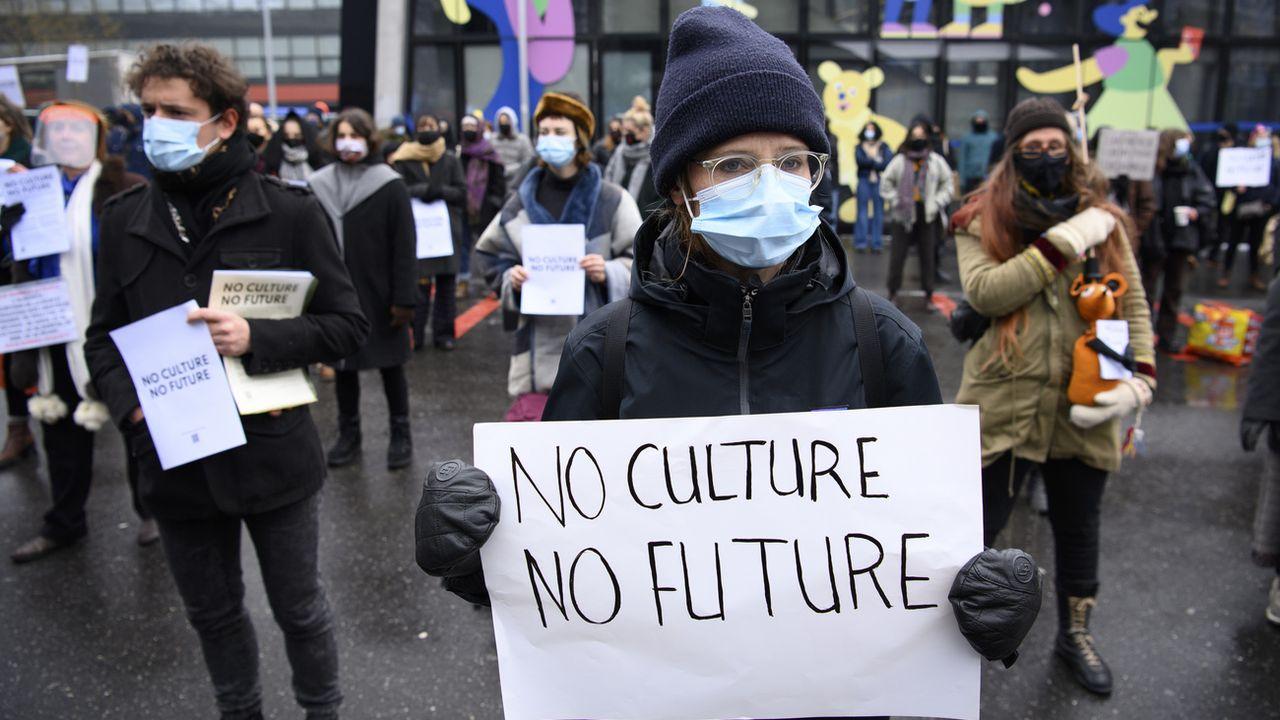 La manifestation sur la place de l'Europe à Lausanne, samedi 13.02.2021. [Laurent Gilliéron - Keystone]