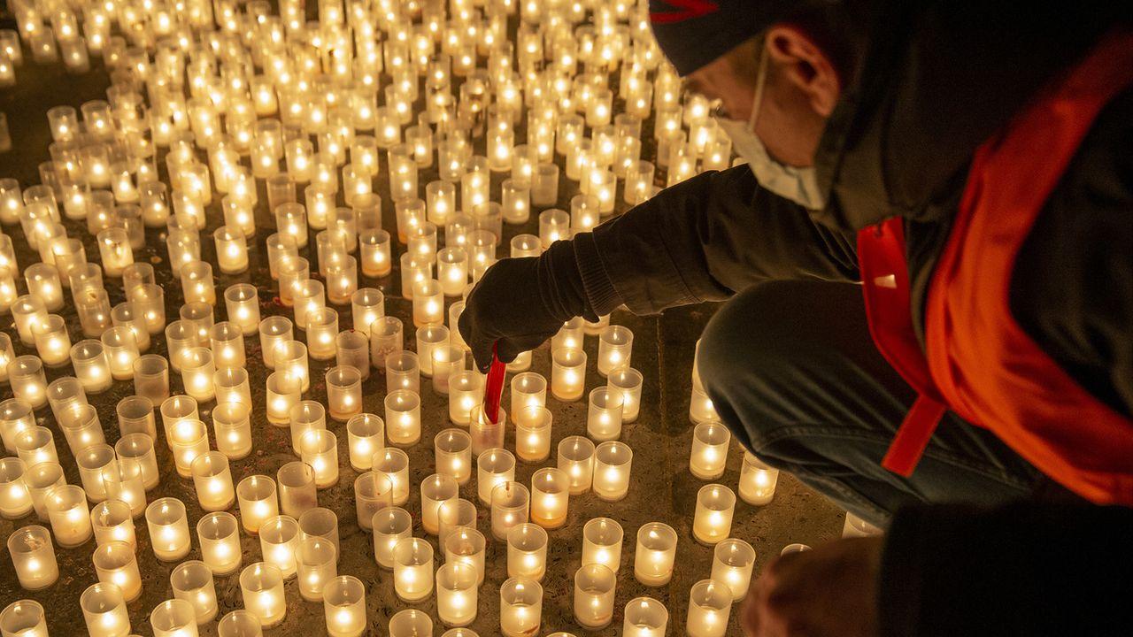 En mémoire des victimes vaudoise du Covid-19, 890 bougies ont été allumées à Lausanne. [Salvatore Di Nolfi - Keystone]
