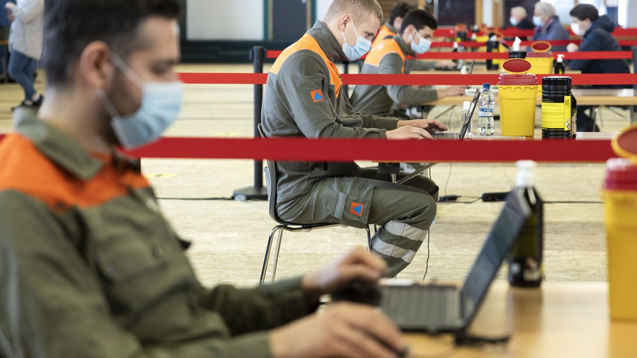 Des agents de la protection civile dans le centre de dépistage de Villars-sur-Ollon. [Cyril Zingaro - Keystone]