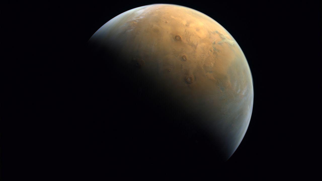 La sonde Amal, lancée par les Emirats arabes unis, a pris sa première photo de Mars. [United Arab Emirates Space Agency - Reuters]