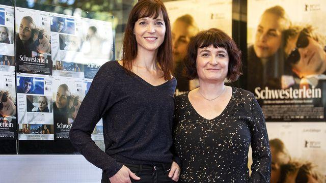 """Les réalisatrices Véronique Reymond et Stéphanie Chuat posent avant la première du film """"Petite sœur"""" à Zurich, le 2 septembre 2020.  Alexandra Wey KEYSTONE [Alexandra Wey - Keystone]"""