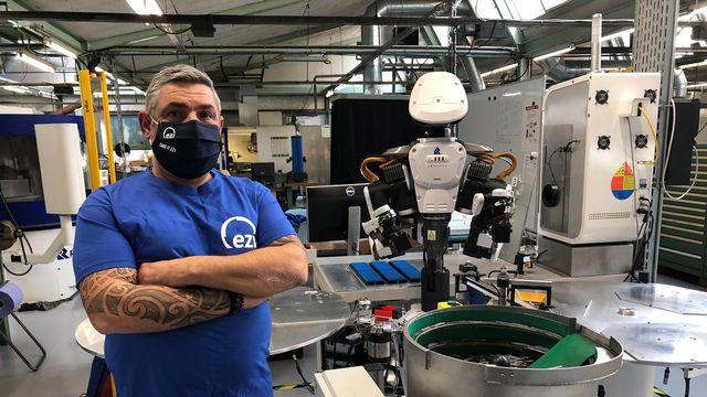 """Alessandro travaille depuis trois ans avec le robot """"Ezinator"""" chez l'entreprise Eskenazi. [Catherine Erard - RTS]"""