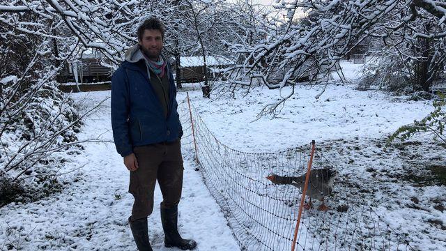 Stéphane Stutz à la ferme des Eterpis, a décidé de commencer un apprentissage dʹagriculteur après un master en architecture. [Catherine Erard - RTS]