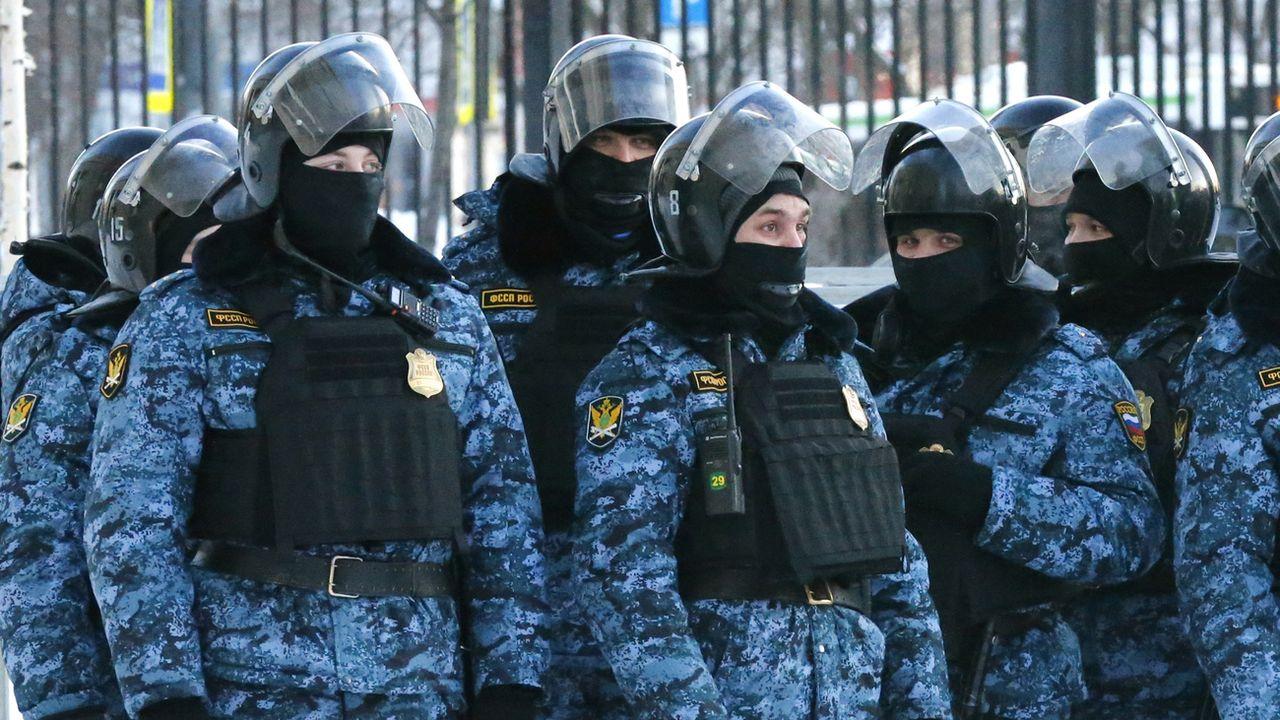 Des policiers russes protègent un tribunal de Moscou dans lequel Alexei Navalny fait face à un nouveau procès. [Alexander Zemlianichenko - Keystone/AP Photo]