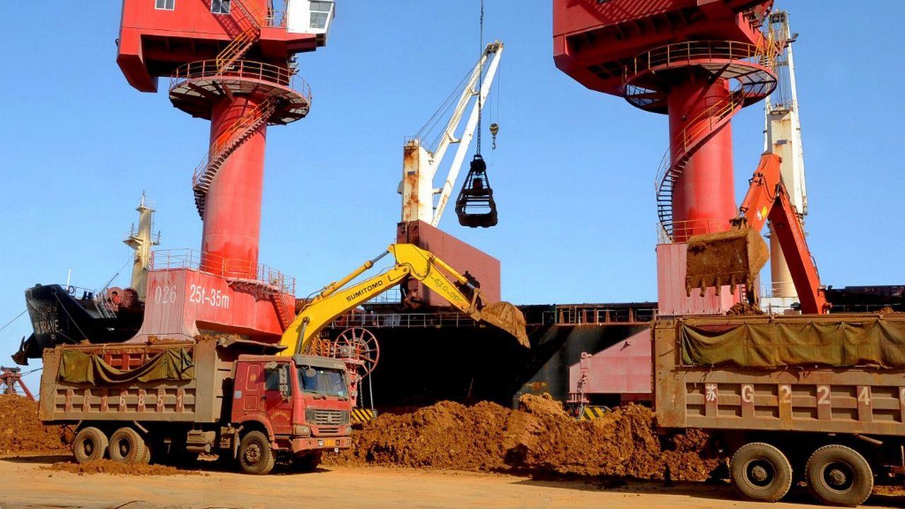 Déchargement de terres rares dans le port chinois de Lianyungang. [Wang Chun - Imaginechina via AFP]
