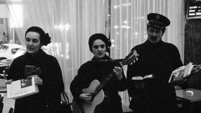 Des membres de l'Armée du Salut chantent à Londres en 1966 [Continents sans Visa 03.02.1966 - RTS]