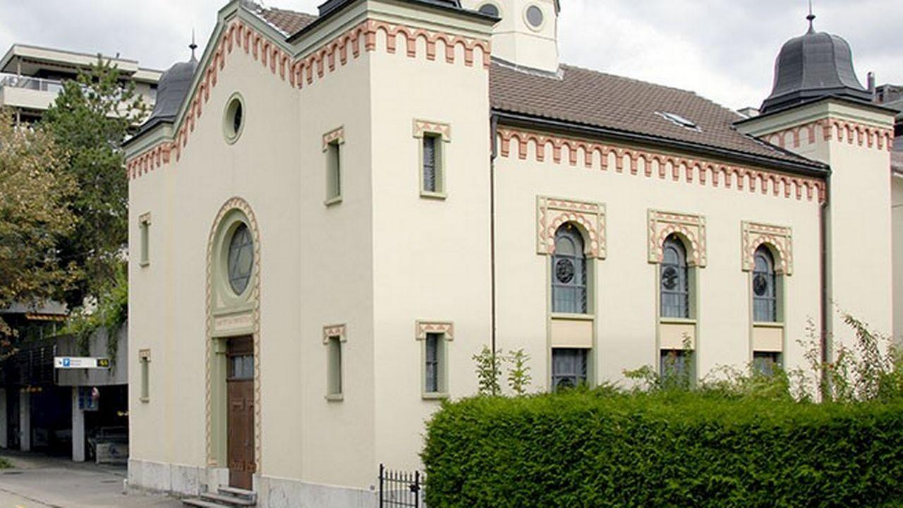 La synagogue de Bienne a été profanée: des symboles et des slogans antisémites gravés sur la porte de l'édifice religieux. [FSCI]