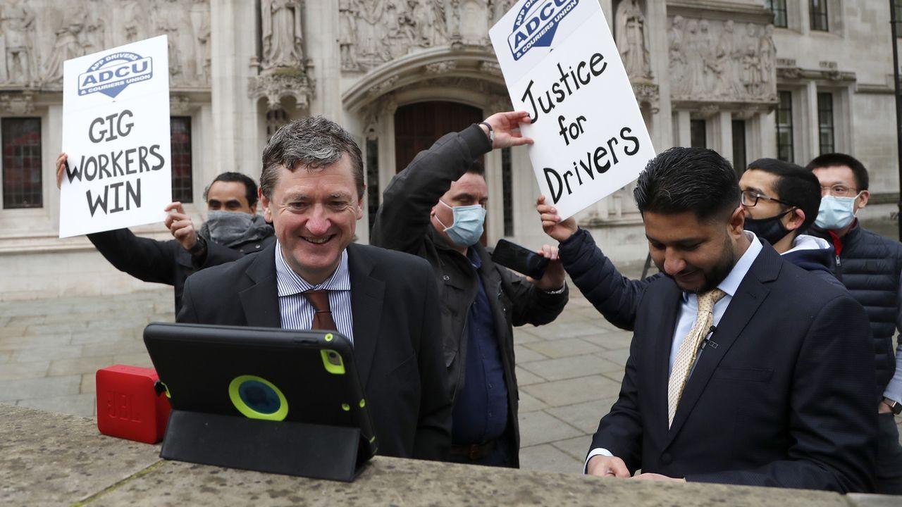 Les plaignants célèbrent leur victoire devant le siège de la Cour suprême britannique à Londres, 19.02.2021. [Frank Augstein - AP/Keystone]