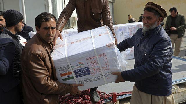 Livraison de vaccins via le programme Covax en Afghanistan, 07.02.2021. [Rahmat Gul - AP/Keystone]