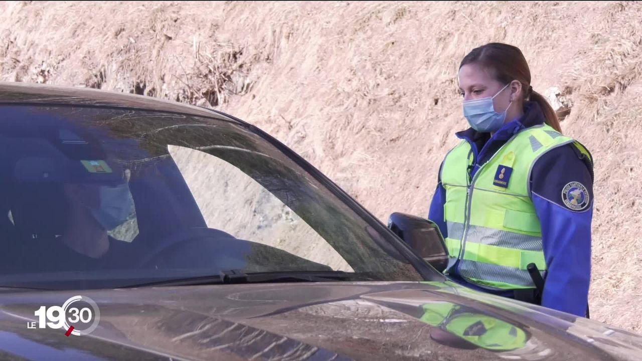La police vaudoise a mis en place plusieurs barrages routiers pour éviter la surcharge des stations. [RTS]
