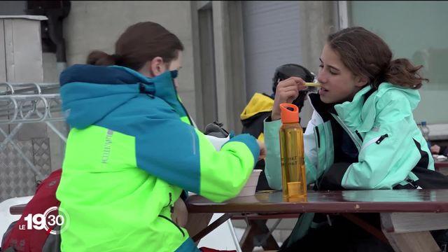 Plusieurs cantons alémaniques bravent les interdits: ils autorisent l'ouverture des terrasses dans les stations de ski. [RTS]