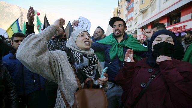Les Algériens continuent d'exiger des changements politiques (ici à Hherrata, 16.02.2021). [EPA/Keystone]