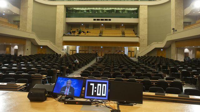 Lundi 22 février: une salle vide pour le discours du secrétaire général de l'ONU Antonio Guterres à l'ouverture de la 46e session du Conseil des droits de l'homme à Genève. [Salvatore Di Nolfi - Keystone]