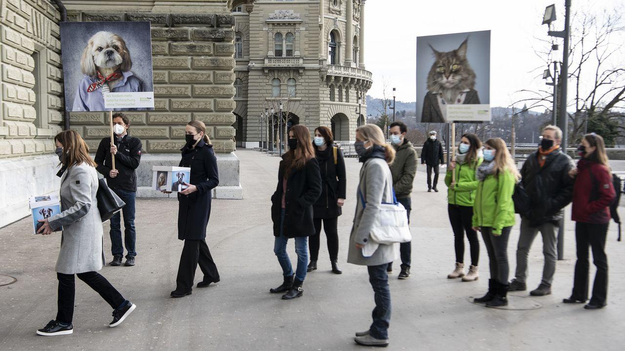 Les pétitionnaires ont déposé leur texte lundi matin à Berne. [Peter Schneider - Keystone]