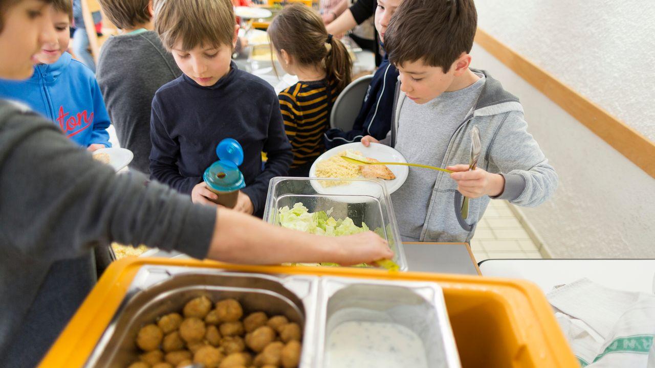 A Lyon, un seul menu sans viande sera servi dans les cantines scolaires (image d'illustration). [Gaëtan Bally - Keystone]