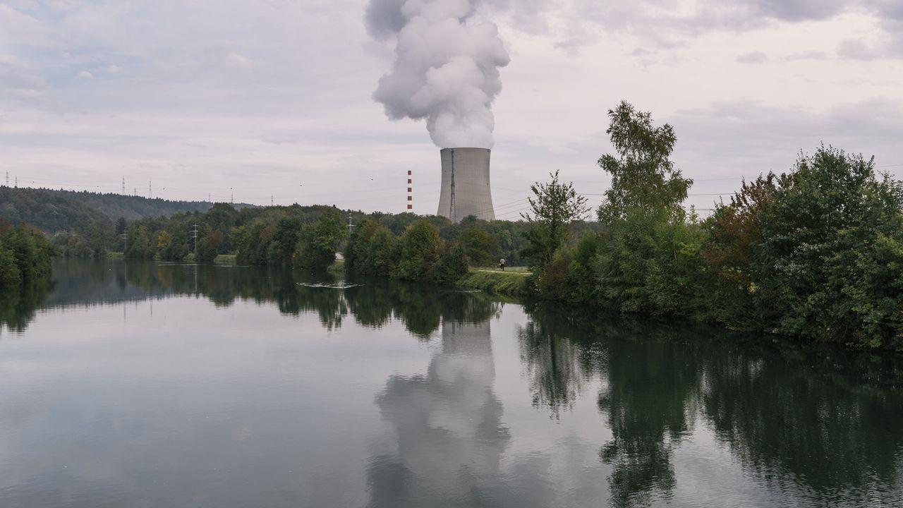 Des volutes de vapeur d'eau se dégagent de la tour de refroidissement de la centrale nucléaire de Gösgen (SO), située au bord de l'Aar. [Christian Beutler - Keystone]