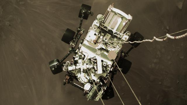 Image en haute résolution de Perseverance en train d'être largué sur Mars, le 18 février 2021. [JPL-Caltech - NASA]