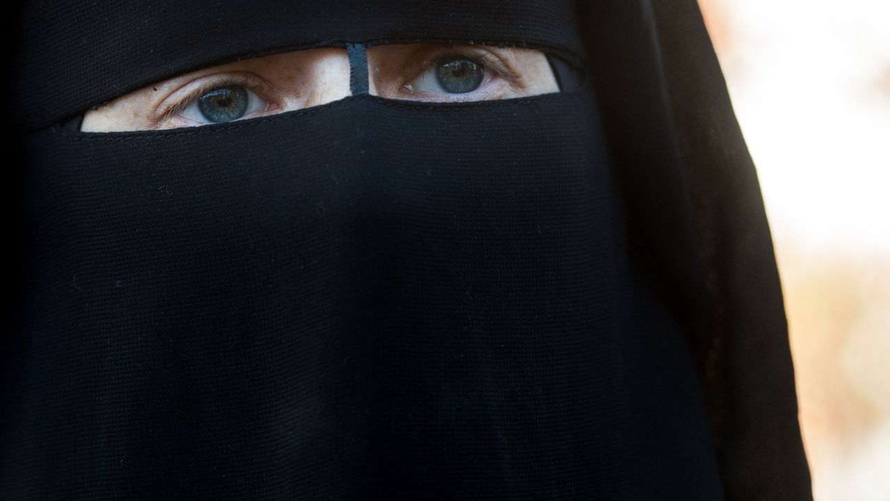 Une femme portant la burqa. [Gabriele Putzu - Ti-Press/Keystone]