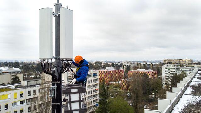 Installation d'une antenne 5G dans la quartier de la Gradelle, à Chêne-Bougeries (GE), le 5 avril 2019. [Leandre Duggan - Keystone]
